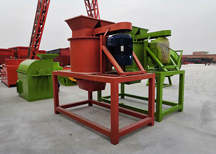 Vertical poultry litter crushing machine